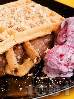 Гофрети с шоколадов крем и боровинков сладолед - снимка на рецептата